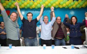 Ao centro, o Prefeito de Araruama, Miguel Jeovani (PMDB), recebe o apoio da esposa, a Deputada Estadual Márcia Jeovani (DEM) e o Presidente da Câmara Federal, Rodrigo Maia (DEM), que está à direita do prefeito. (Foto: Marcelo Figueiredo)